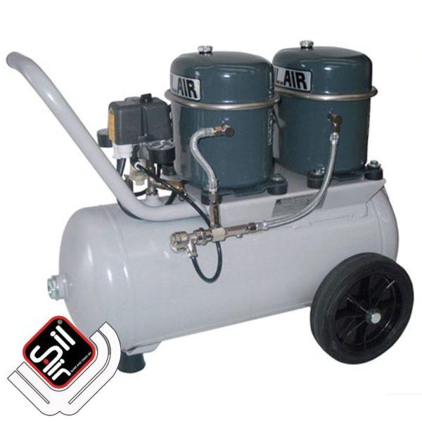 mobiler Kompressor mit einem MDR2 Druckschalter, 2 Motoren auf einem horizontalen Drucklufttank in Grau