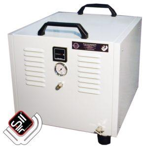 SilAir Panther-Kolbenkompressor in einem weißem Kastengehäuse verbaut mit zwei Tragegriffen und sichtbarem Manometer