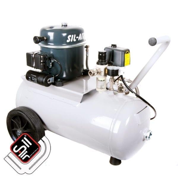 fahrbarer SilAir-Kompressor mit einem Motor, Druckschalter und Druckregler auf einem Drucklufttank