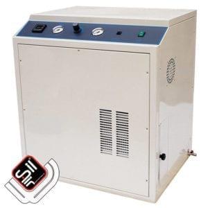 SilAir-Druckluftkompressor verbaut in einer Schallschutzbox mit Amaturen