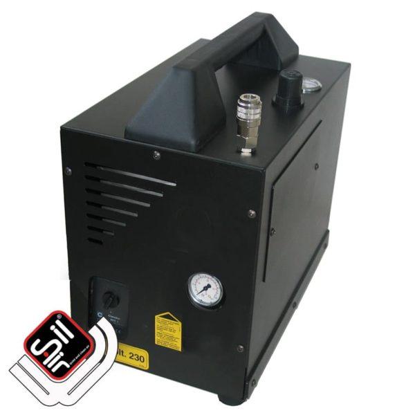 SilAir-Kompressor im Koffergehäuse mit sichtbarem Manometer und Druckschalter sowie Tragegriff